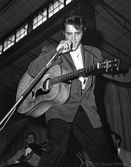Elvis sul palco a inizio carriera